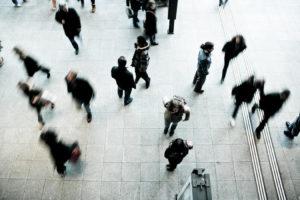 Cause-del-conflitti-tra-colleghi-persone-che-camminano-in-un-atrio