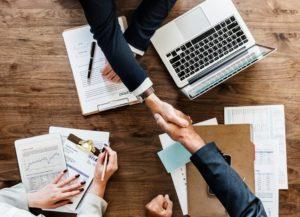work-life balance e management, stretta di mano