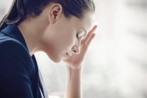 Sintomi-dello-stress-da-lavoro-donna-che-si-tine-la-mano-sulla-fronte