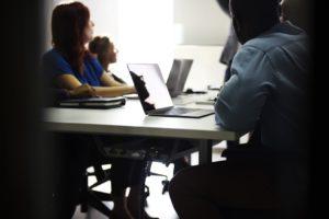 Conflitti-sul-posto-di-lavoro-persone-che-partecipano-ad-una-riunione