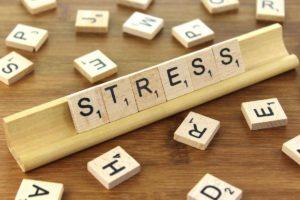 Stress-e-ansia-da-lavoro-cosa-fare-scritta-stress-su-tavolette-di-legno