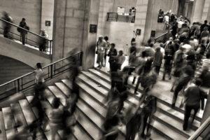 Stress-e-ansia-da-lavoro-sintomi-ed-effetti-persone-in-movimento-sfocate-sulle-scale