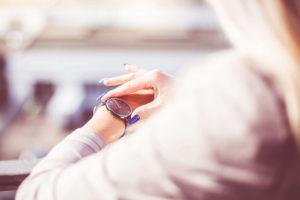 Ansia e gestione del tempo, guardare l'orologio