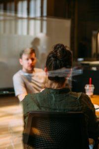 Mobbing parlarne con i colleghi, due persone sedute al tavolo che parlano
