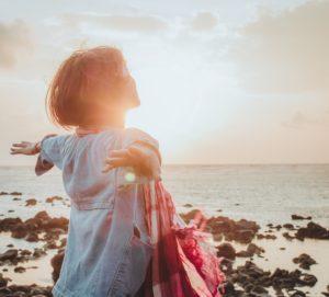 EMDR- efficacia e risultati, donna che apre le braccia di fronte al sole