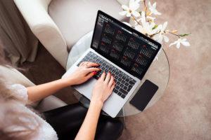 Smart working, donna che scrive col suo mac sulle ginocchia