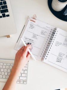 Cambiare lavoro e la paura di deludere, mano che apre agenda sul tavolo