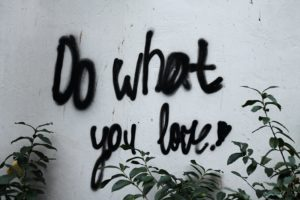 "Cambio lavoro e career coaching, scritta su un muro ""Do What You Love"""